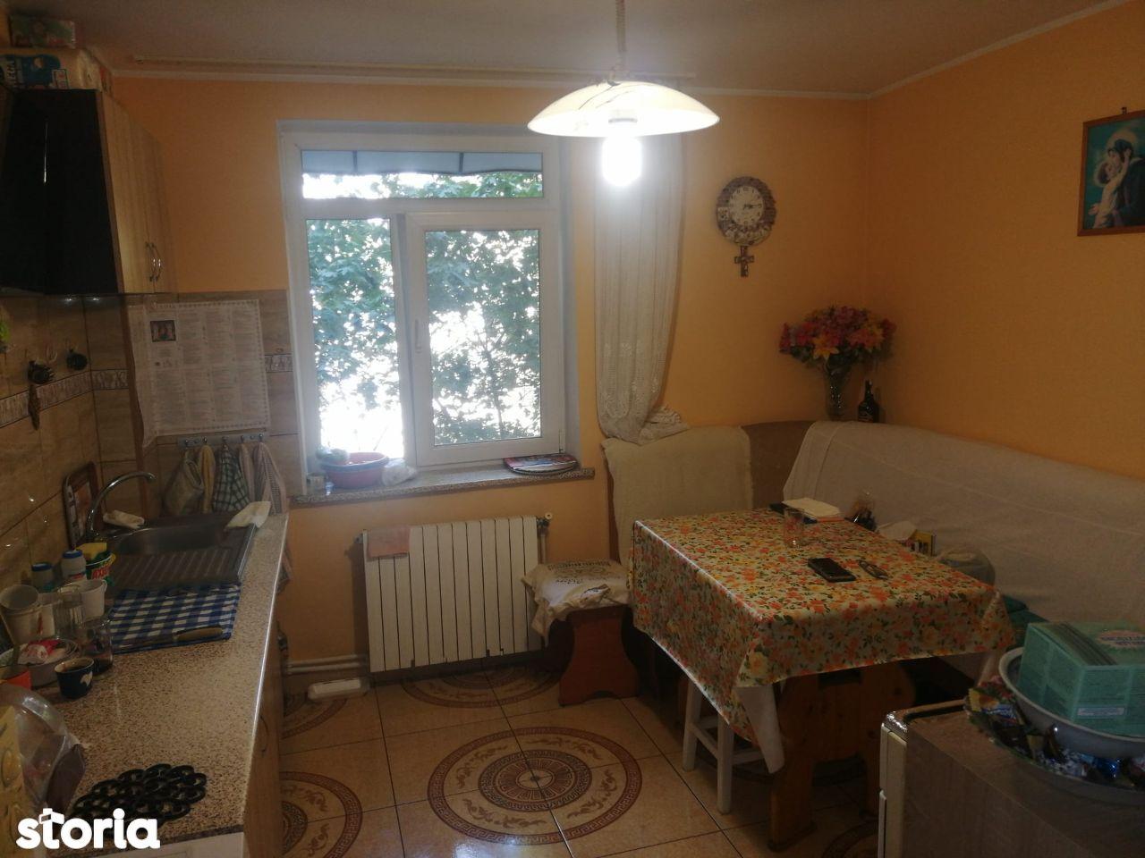 Decomandat , 3 camere , etajul 3/4 , zona Rotonda.
