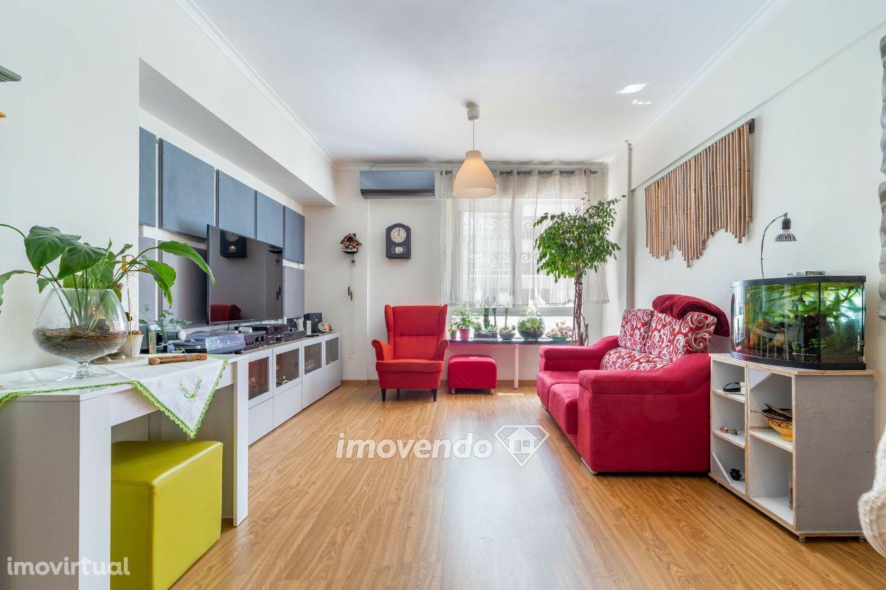 Apartamento T3, remodelado, com áreas generosas e garagem, na Portela