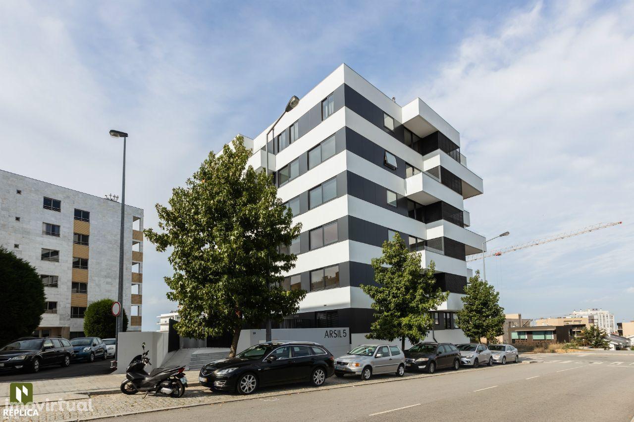 Apartamento T4 novo com 3 frentes, pronto a habitar, em Mafamude