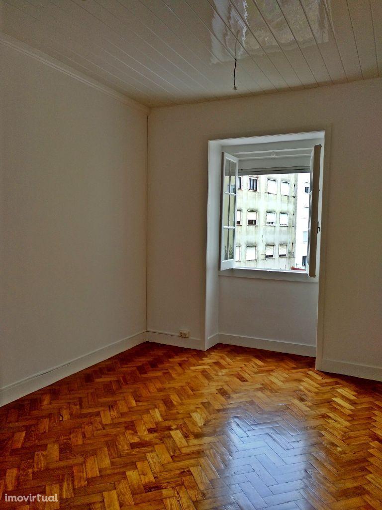 Apartamento remodelado, muito soalheiro. Junto a transportes e escolas