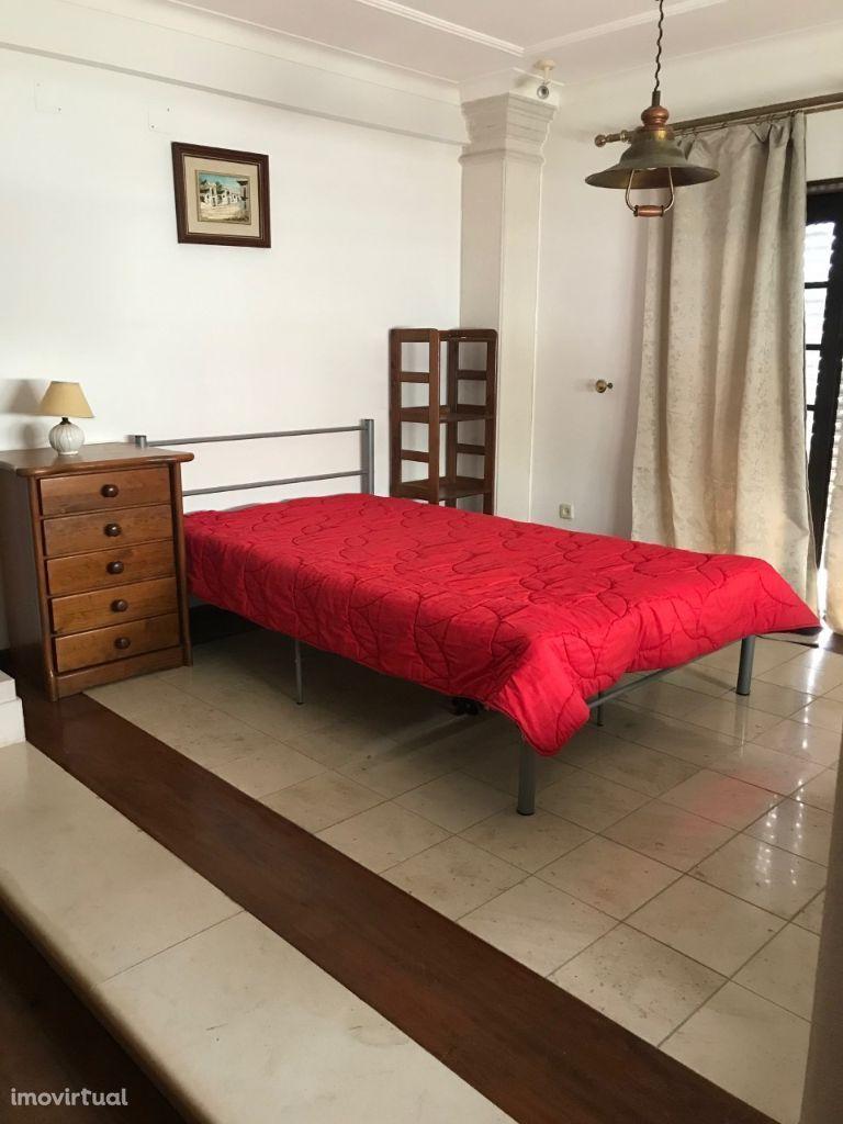 Vivenda em Peniche com quartos para alugar, a 300mts do ITL