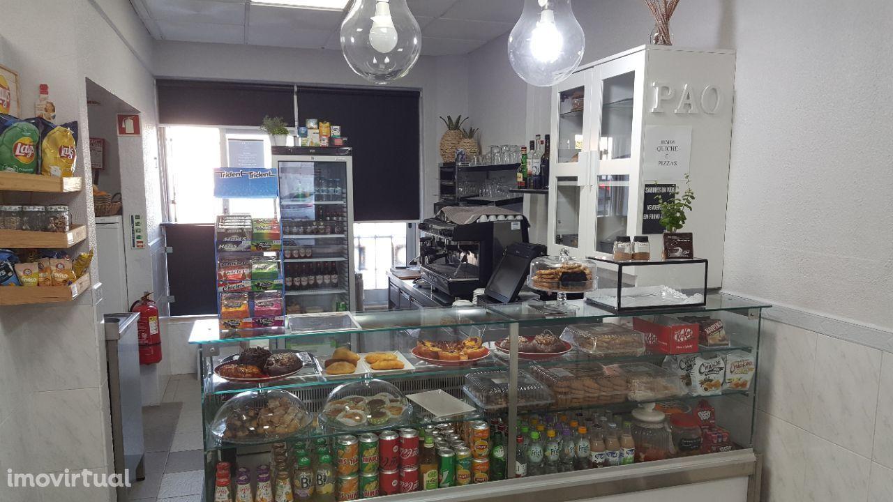 Loja com pastelaria em pleno funcionamento para venda ou trespasse