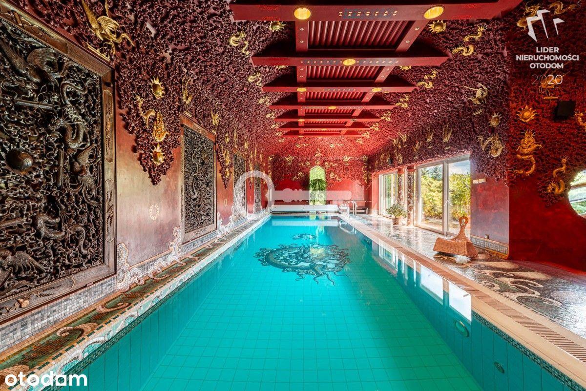 Rezydencja z basenem i stawem.