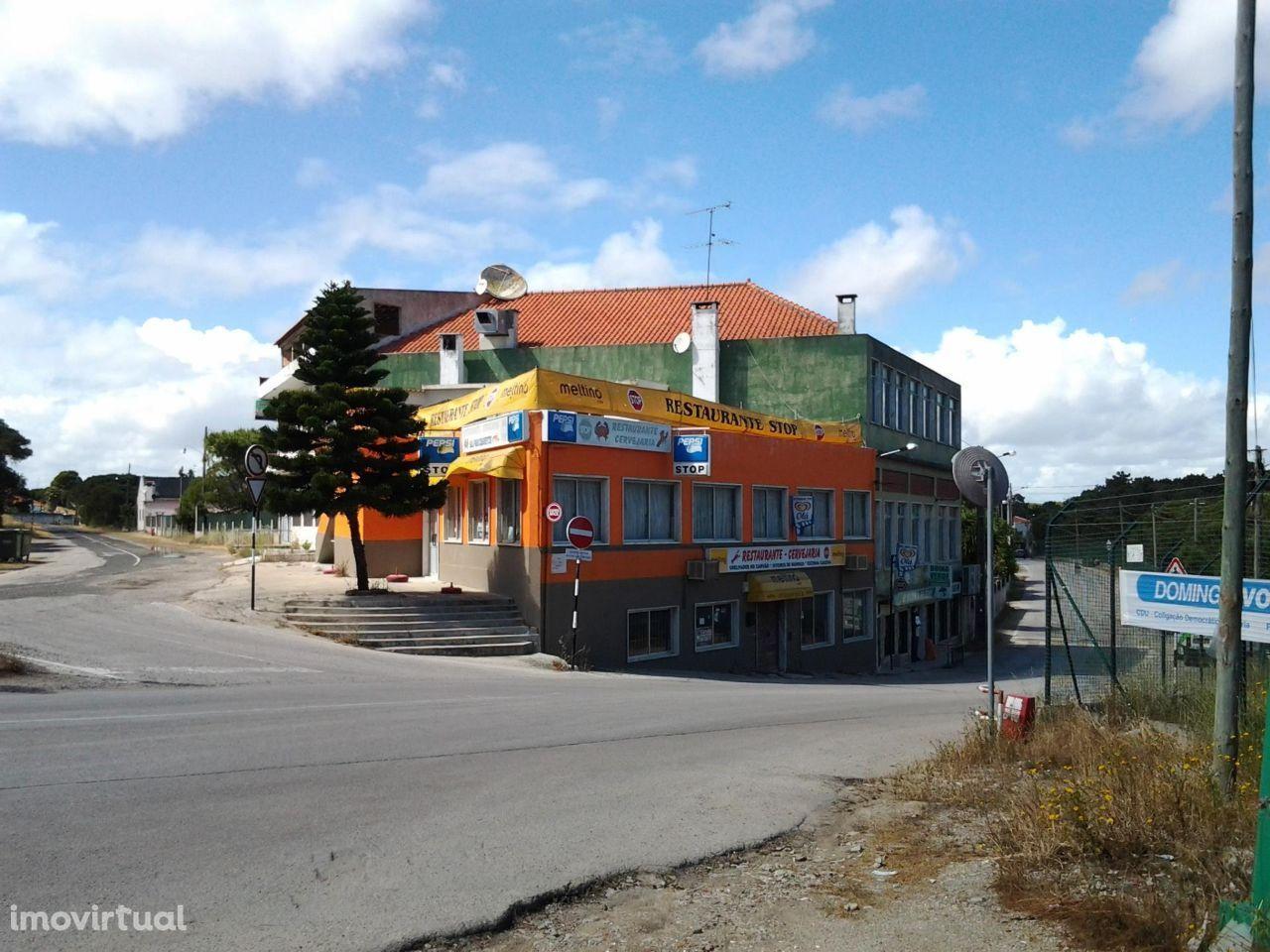 Trespasse Restaurante situado a 300 metros da praia da Fonte da Telha