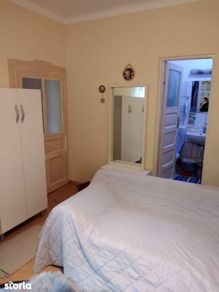 Vand apartament 1 camera la casa, zona Intim