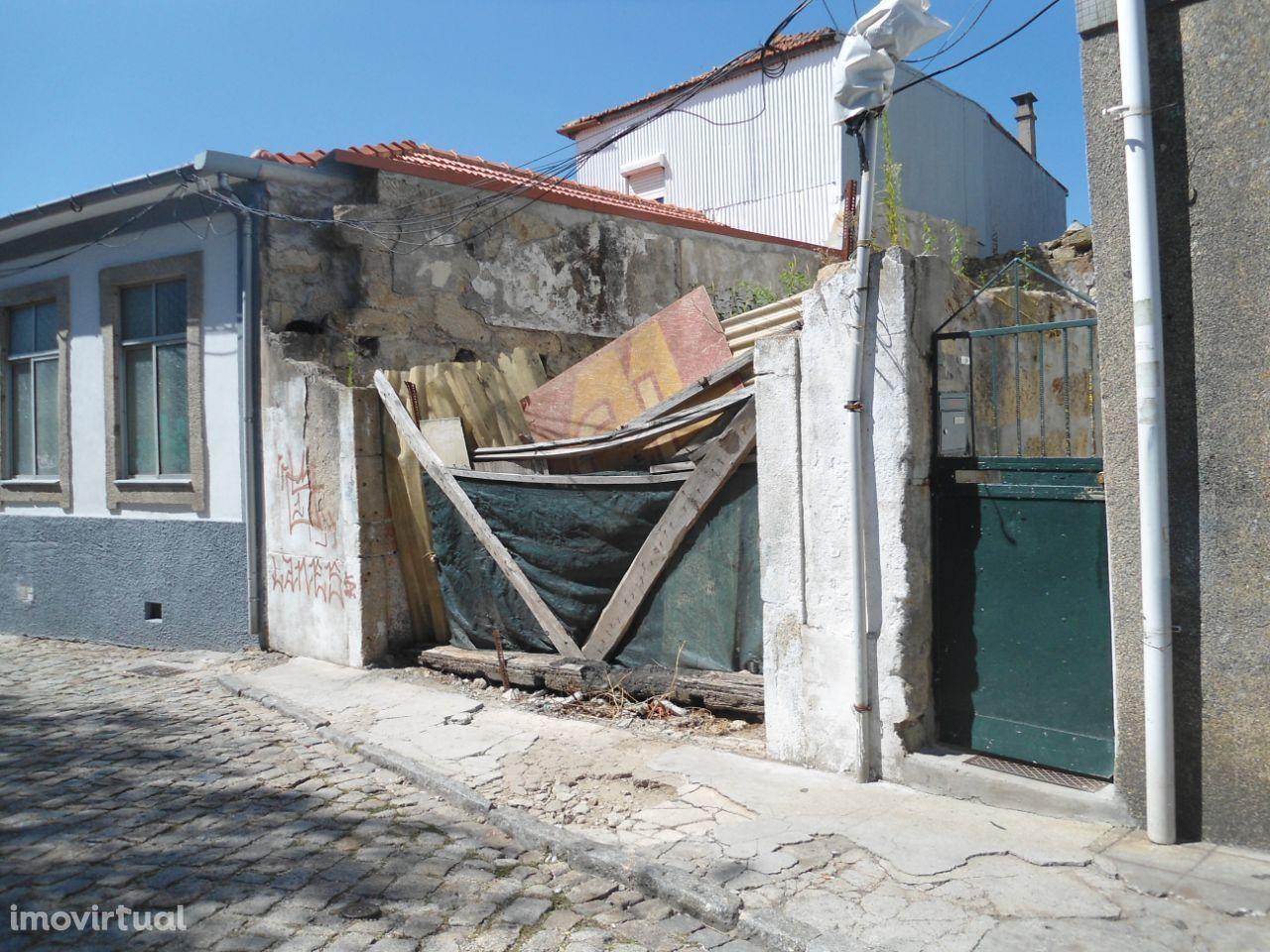 Terreno com casas, centro de Gaia