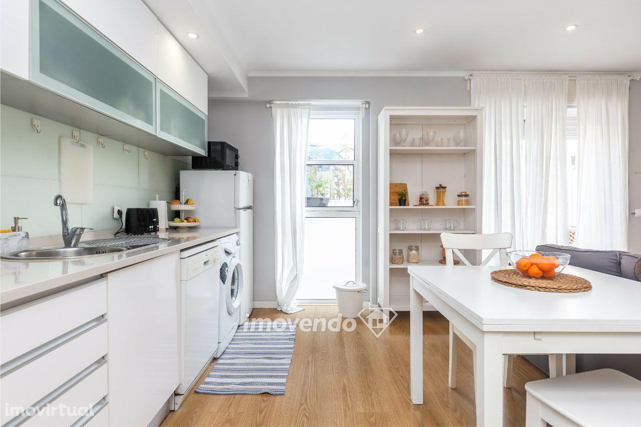 Apartamento T2, mobilado e com um amplo terraço privado, em Almada