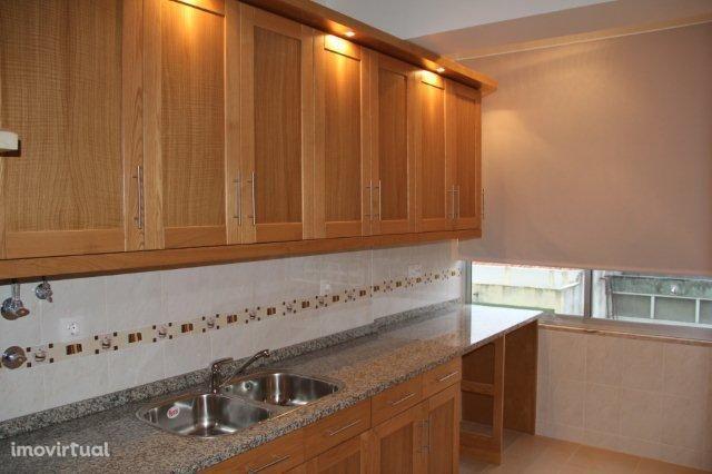 Arrenda-se espaçoso apartamento T4 em bom estado no Feijó - 750€