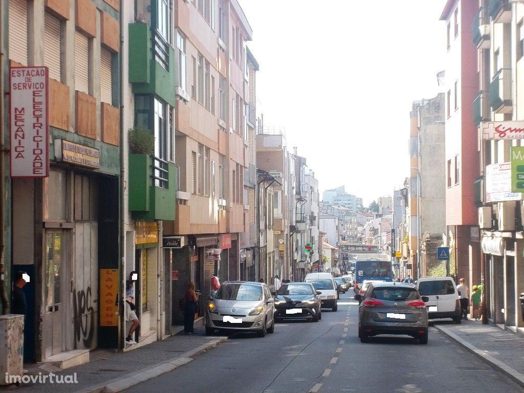 Prédio de 2 pisos ao cruzamento Areosa, Rio Tinto/Porto, a recuperar