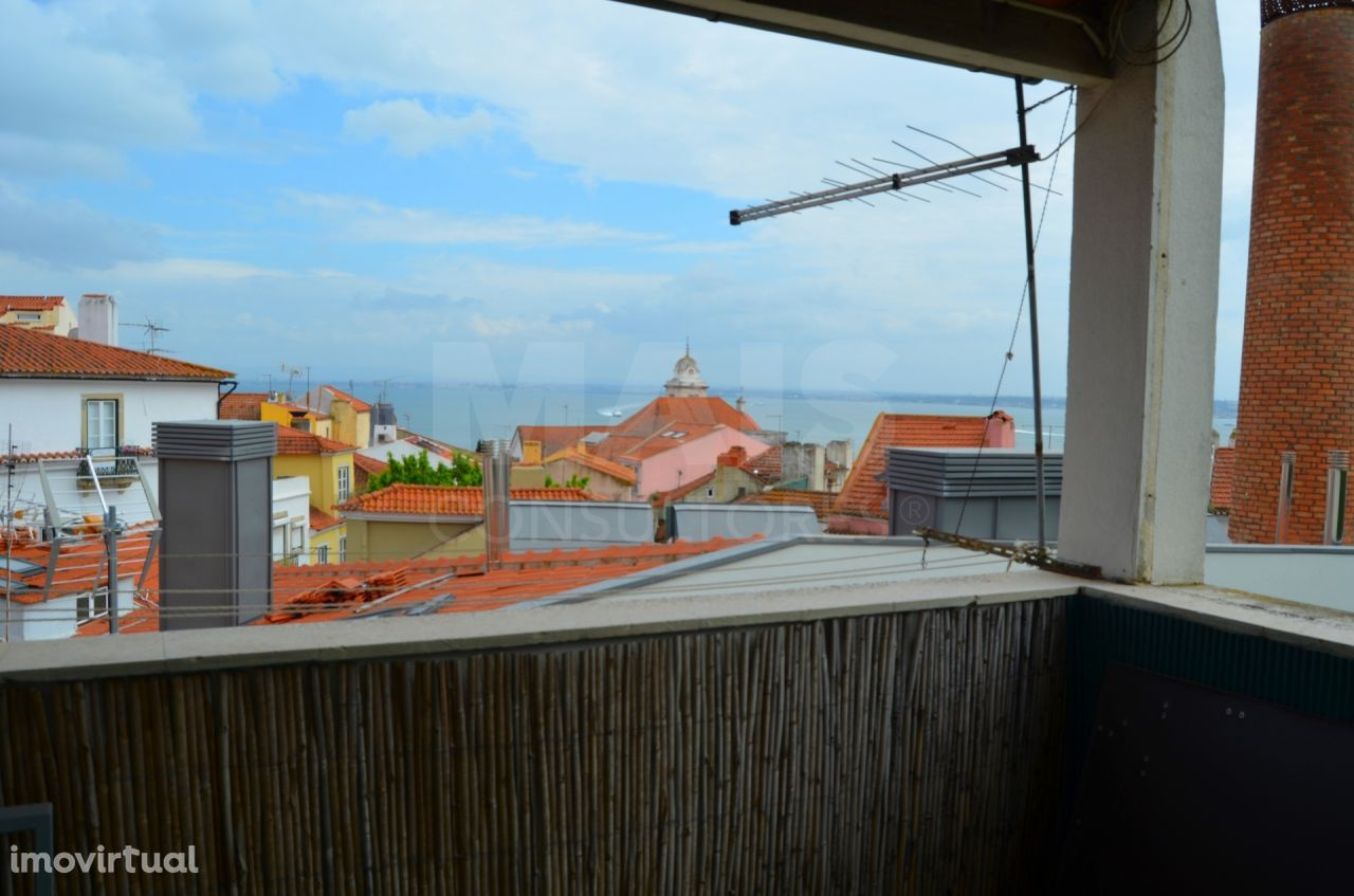 Prédio em Lisboa, 4 Pisos parcialmente Remodelado