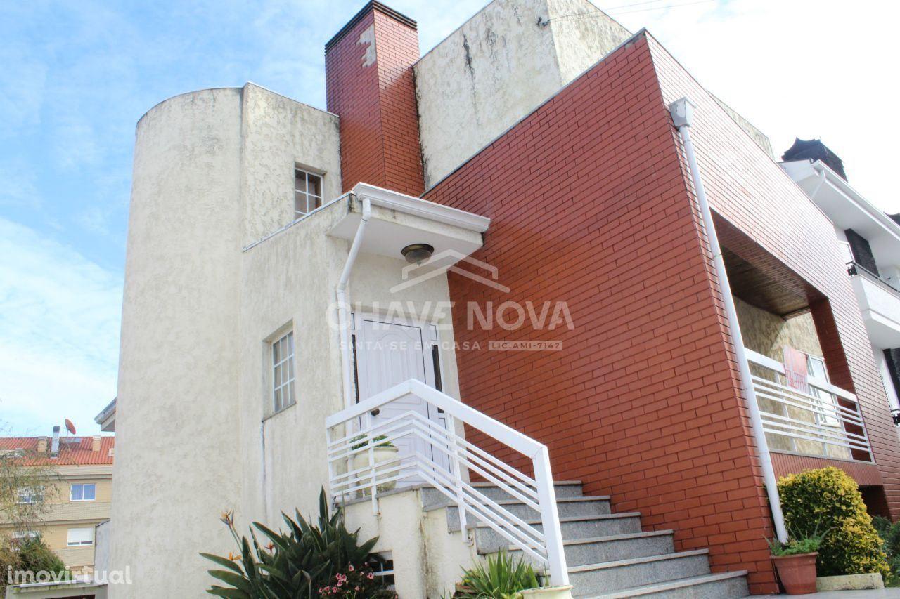 Moradia V3 c/ Garagem Fechada em Canelas