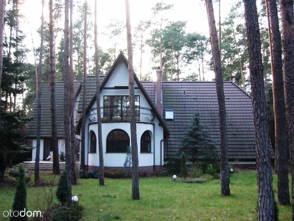 Ciekawy, położony na działce leśnej komfortowy dom