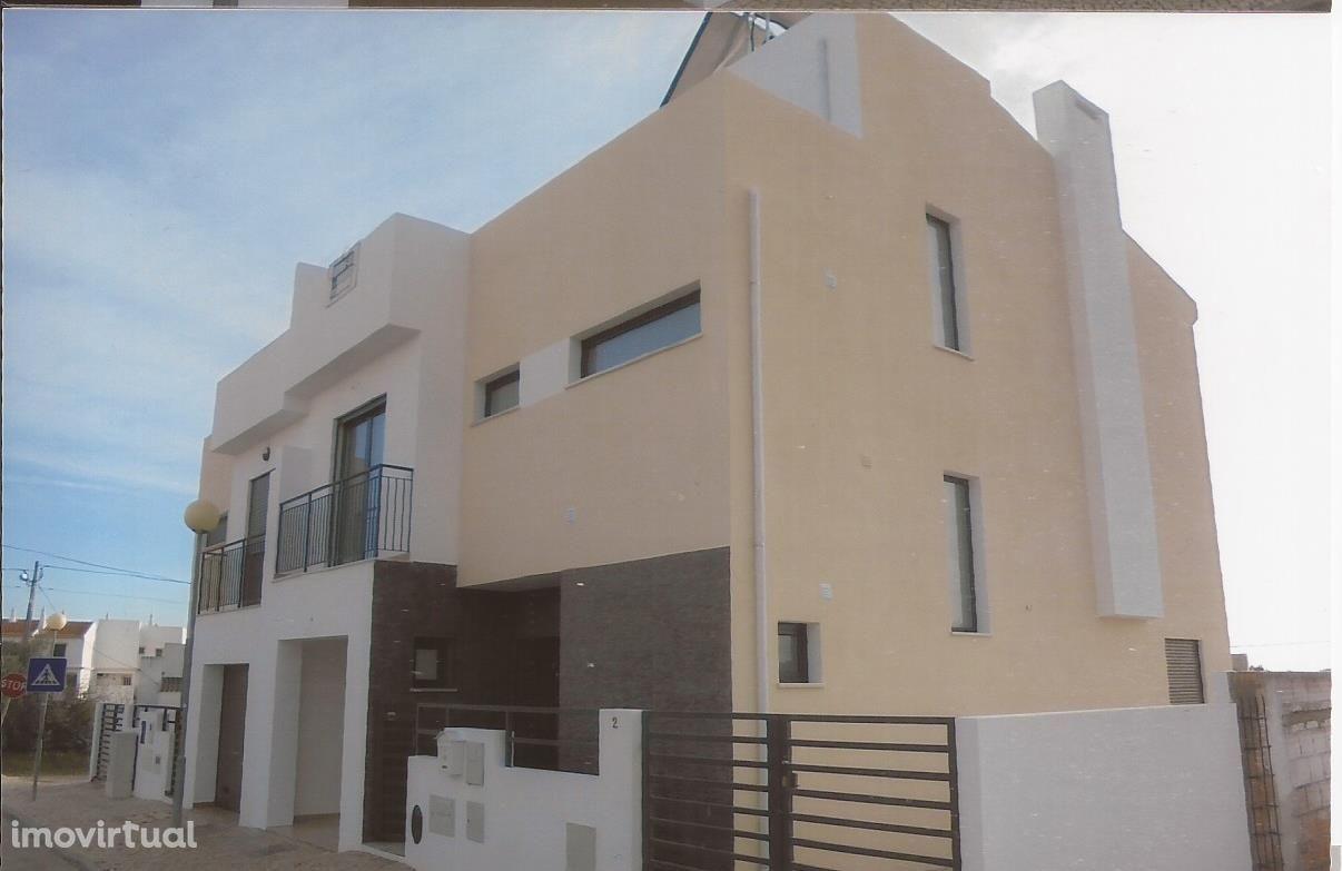 Moradia C7 3 quartos, 3 casas de bano,garagem e piscina em construcão