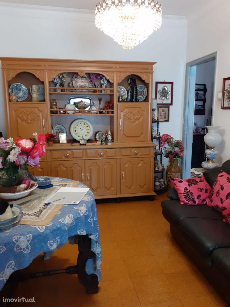Apartamento T2 para remodelar em Linda-a-Velha
