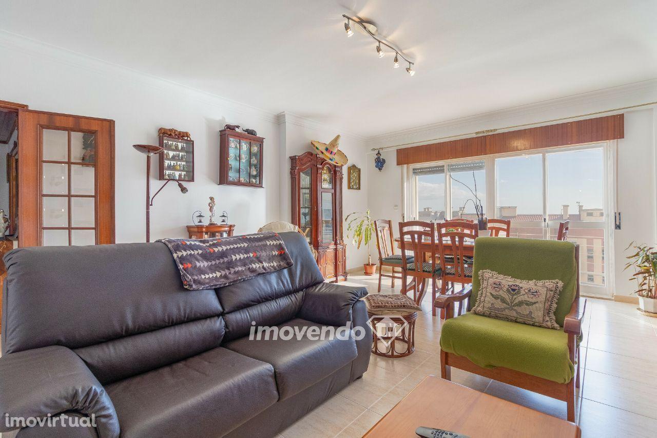 Apartamento T2, mobilado e com lugar de garagem, em Monte Abraão