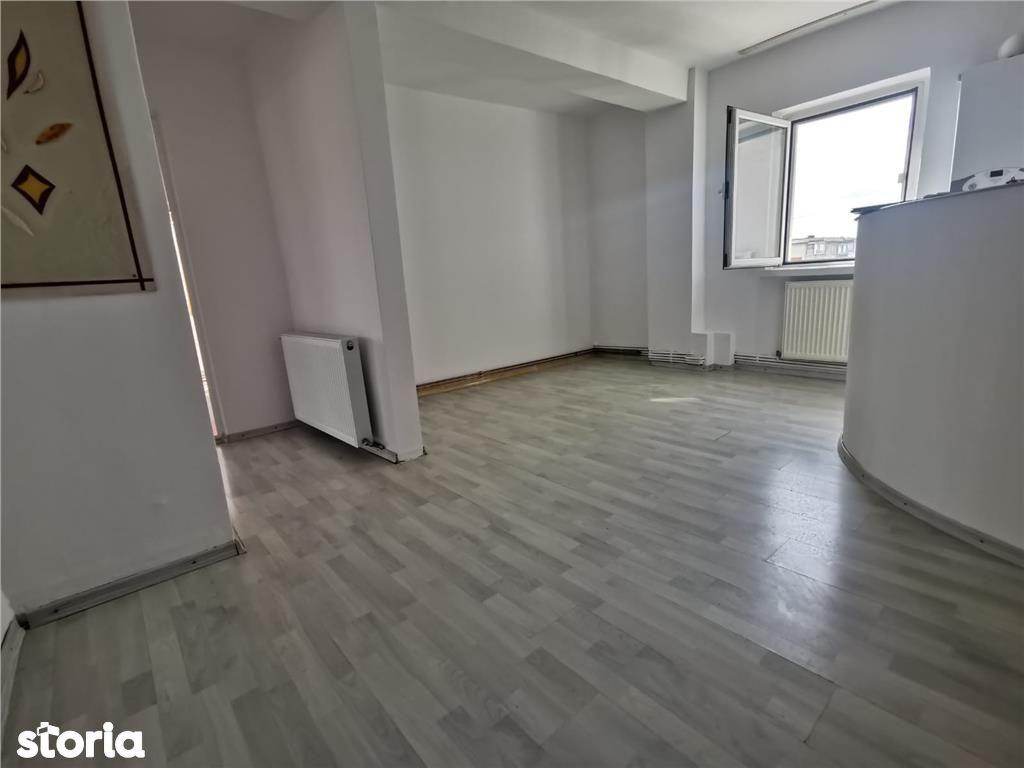 Teilor: apartament 2 camere, decomandat, liber
