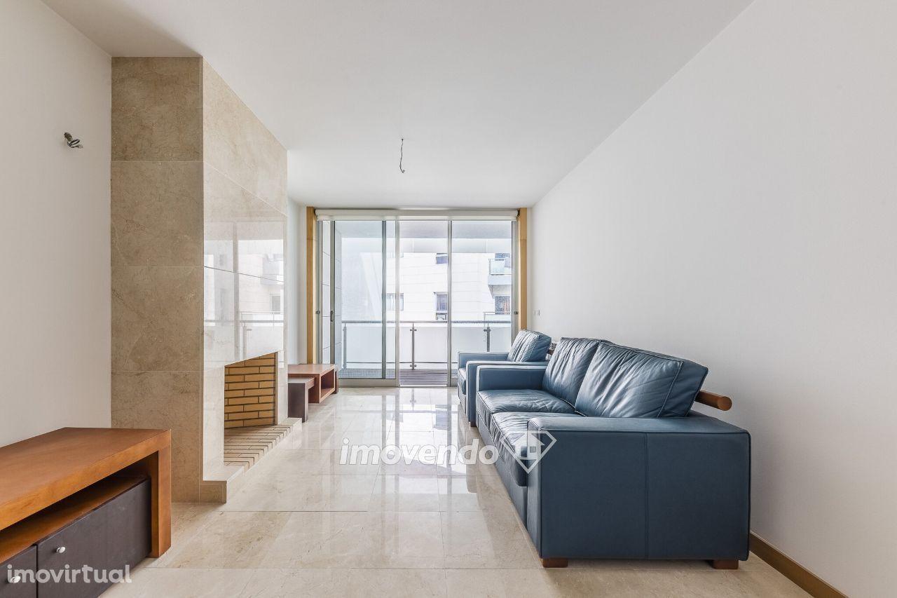 Apartamento T2 Duplex, em condomínio fechado, no Bairro Novo