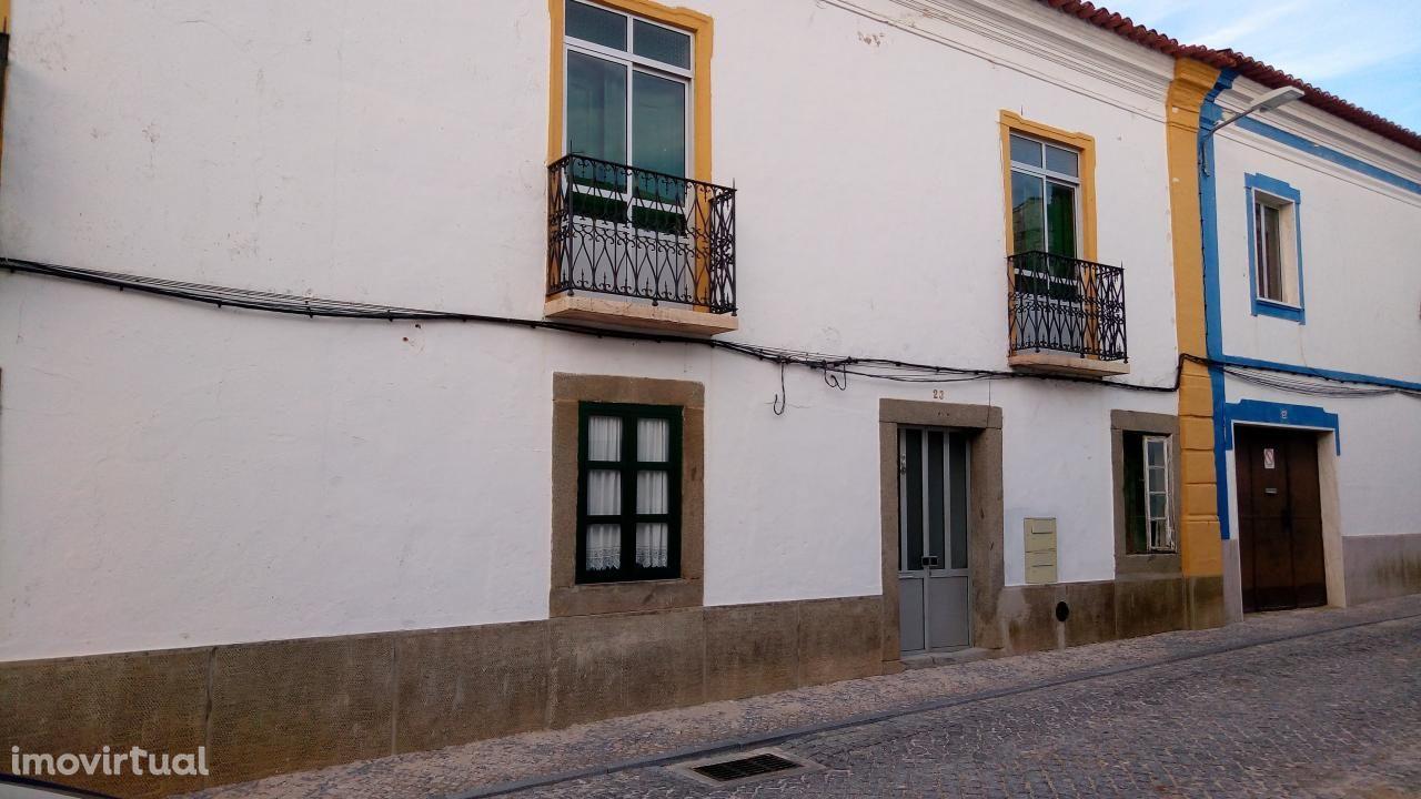 ÉVORA ( Redondo) apartamento T3, mantendo a traça antiga com quintal
