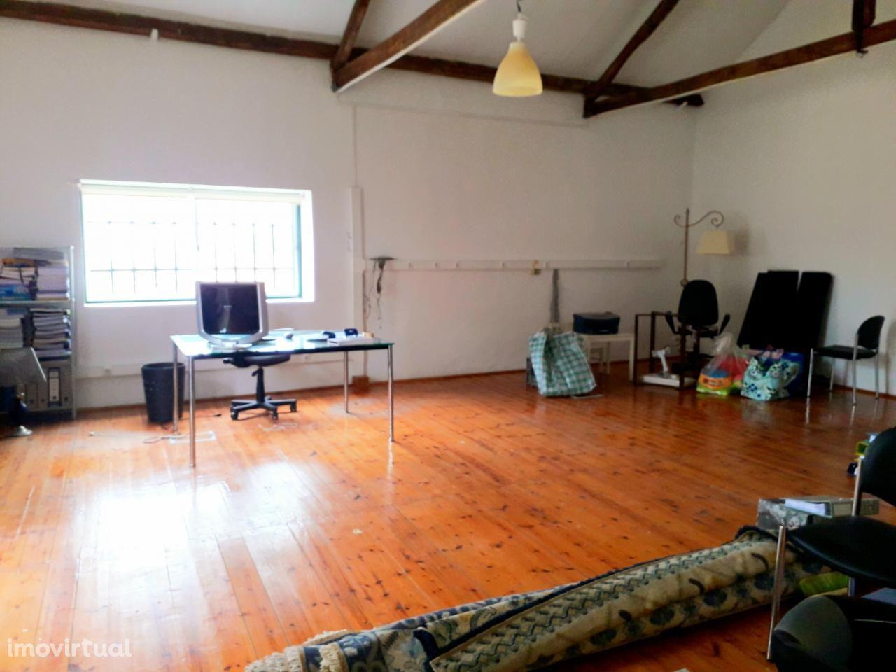 Escritório com armazém para arrendamento - Vila Fresca de Azeitão.