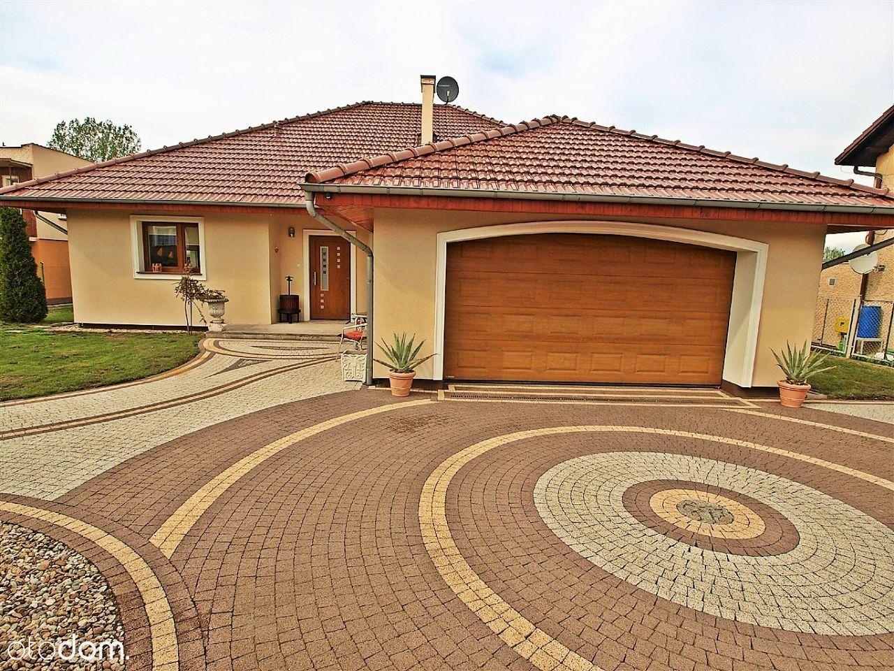 Piękny dom parterowy z dużym ogrodem i garażem
