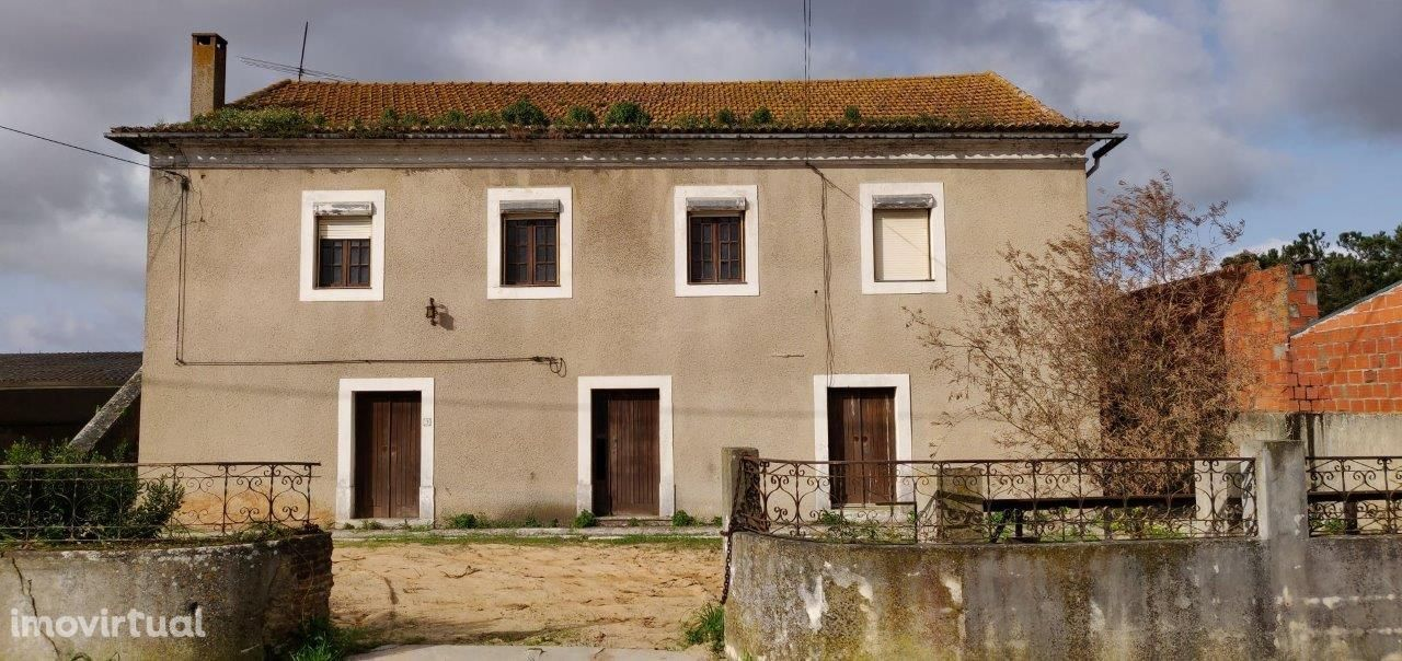 Moradia para recuperar com logradouro 2.400m2 urbano junto á Batalha