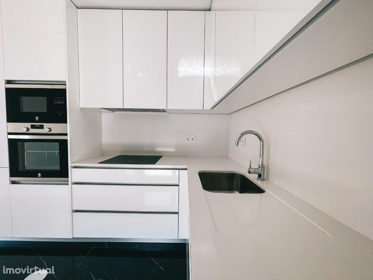 Apartamento T3 Renovado com Varanda e Terraço - Rotunda da Boavista |