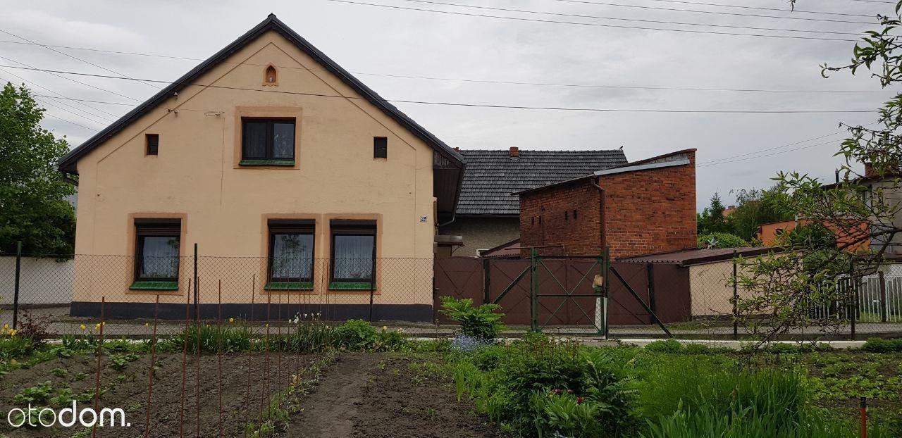 Dom z budynkami gospodarczymi i działką budowlaną.