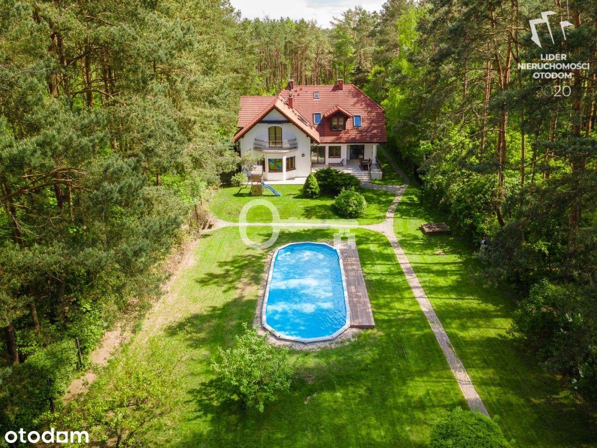 Rodzinny dom z basenem w otoczeniu lasu
