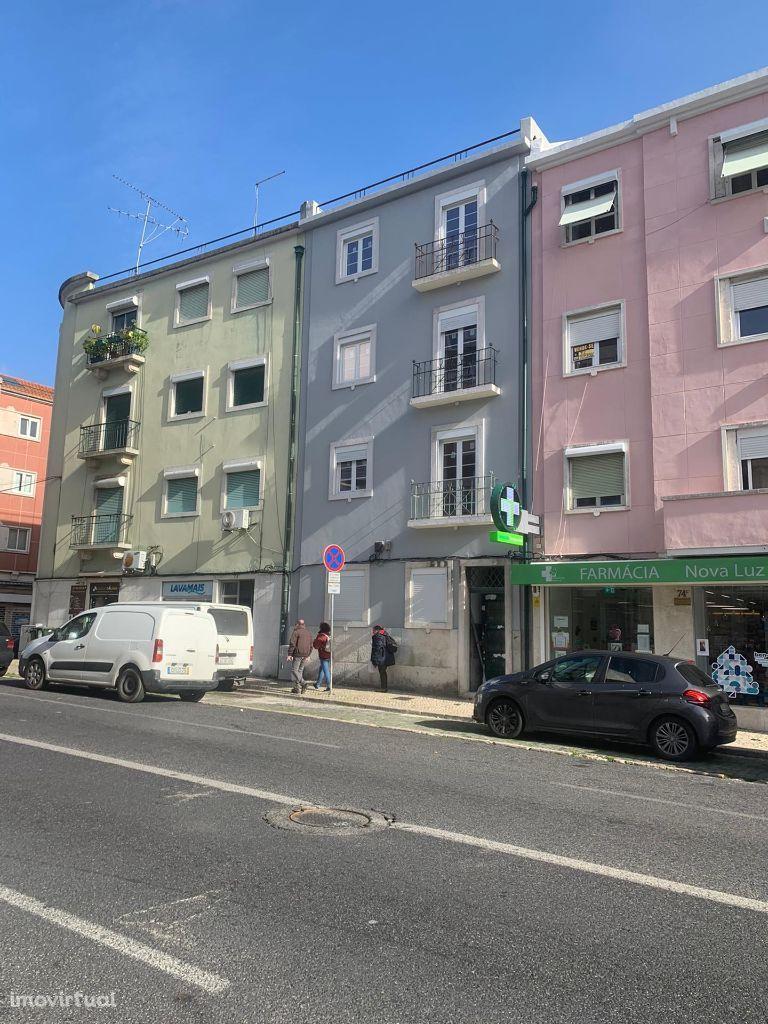 Prédio - Remodelado - Quintal - Cozinha Semi Equipada - Vista Rio