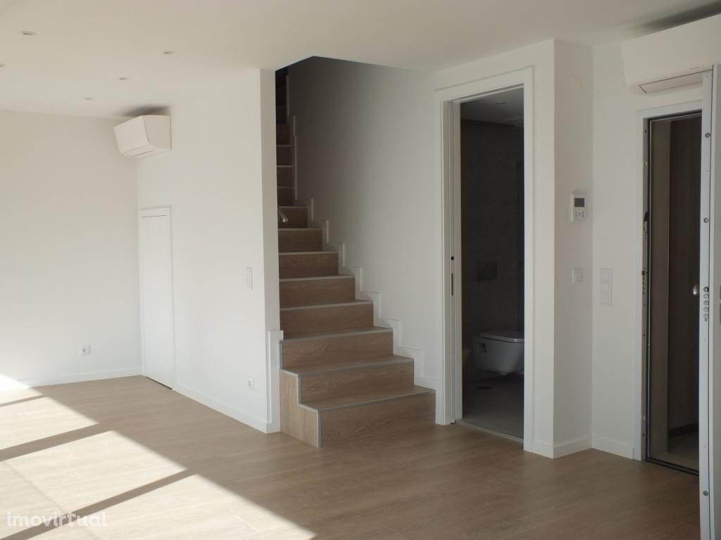 Apartamento T3 Duplex para alugar junto ao Marquês de Pombal em Lisboa