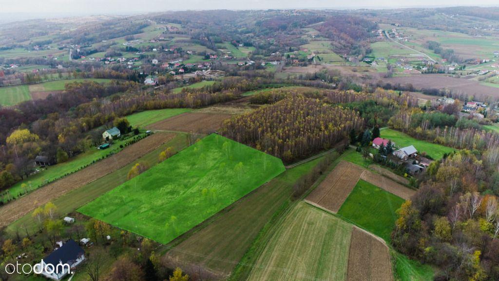 Widokowa działka w otoczeniu zabudowań i zieleni