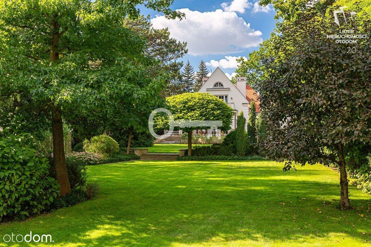 Luksusowa rezydencja otoczona pięknym ogrodem.