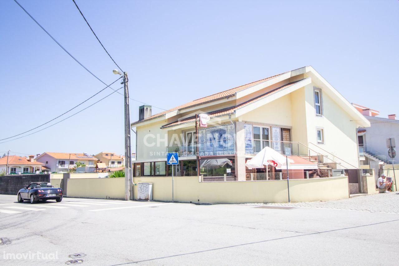 Moradia V3+Salão c/ Pastelaria/Snack Bar na Madalena