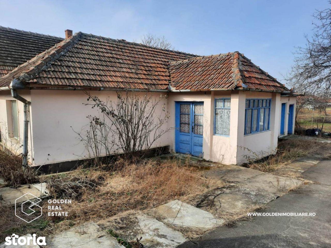 Casa din caramida, 3 camere, la poalele dealului, localitatea Cuvin