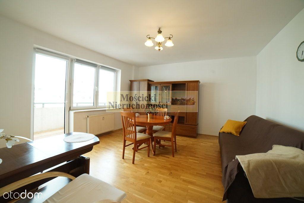 Dwa pokoje z oddzielną kuchnia i balkonem