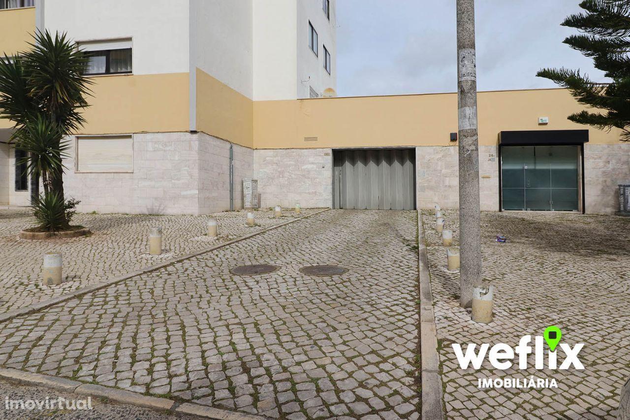 Garagem / Box Fechada 39m2 em Massamá (Central)