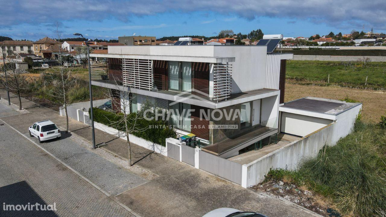 Moradia V3 de 3 Frentes localizada em Serzedo, Vila Nova de Gaia.