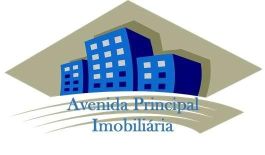 Este moradia para comprar está a ser divulgado por uma das mais dinâmicas agência imobiliária a operar em Quinta do Conde, Setúbal