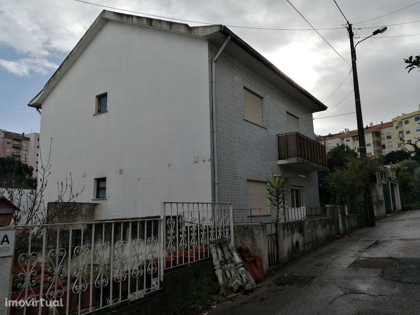 Prédio com dois apartamentos, cave, quintal e garagens, Fonte da Talha