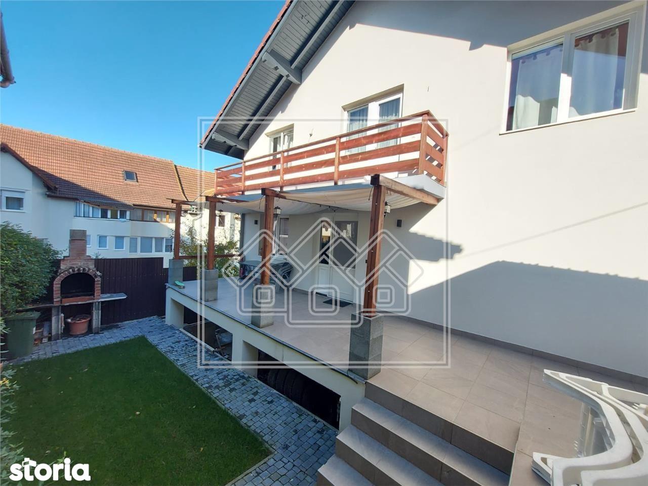 Casa individuala 7 camere in Strand deschidere la 2 strazi garaj