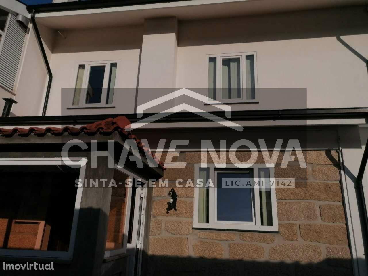 Moradia Bifamiliar T5 com garagem - Valongo