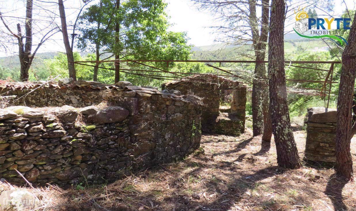 Terreno com ruínas que confina com a ribeira situado em Alvares - Góis