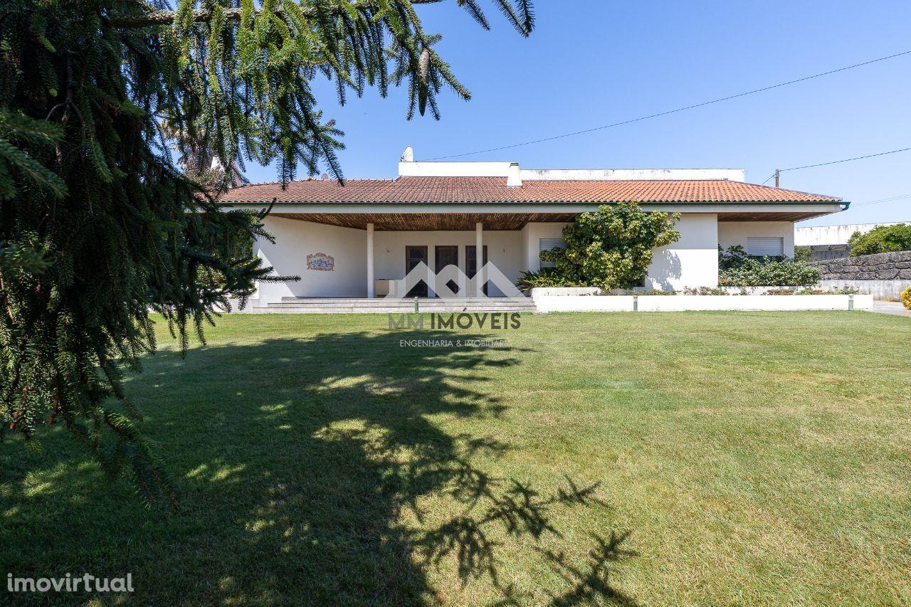 Moradia T4 | Térrea | 2080m2 Terreno | jardins | Box
