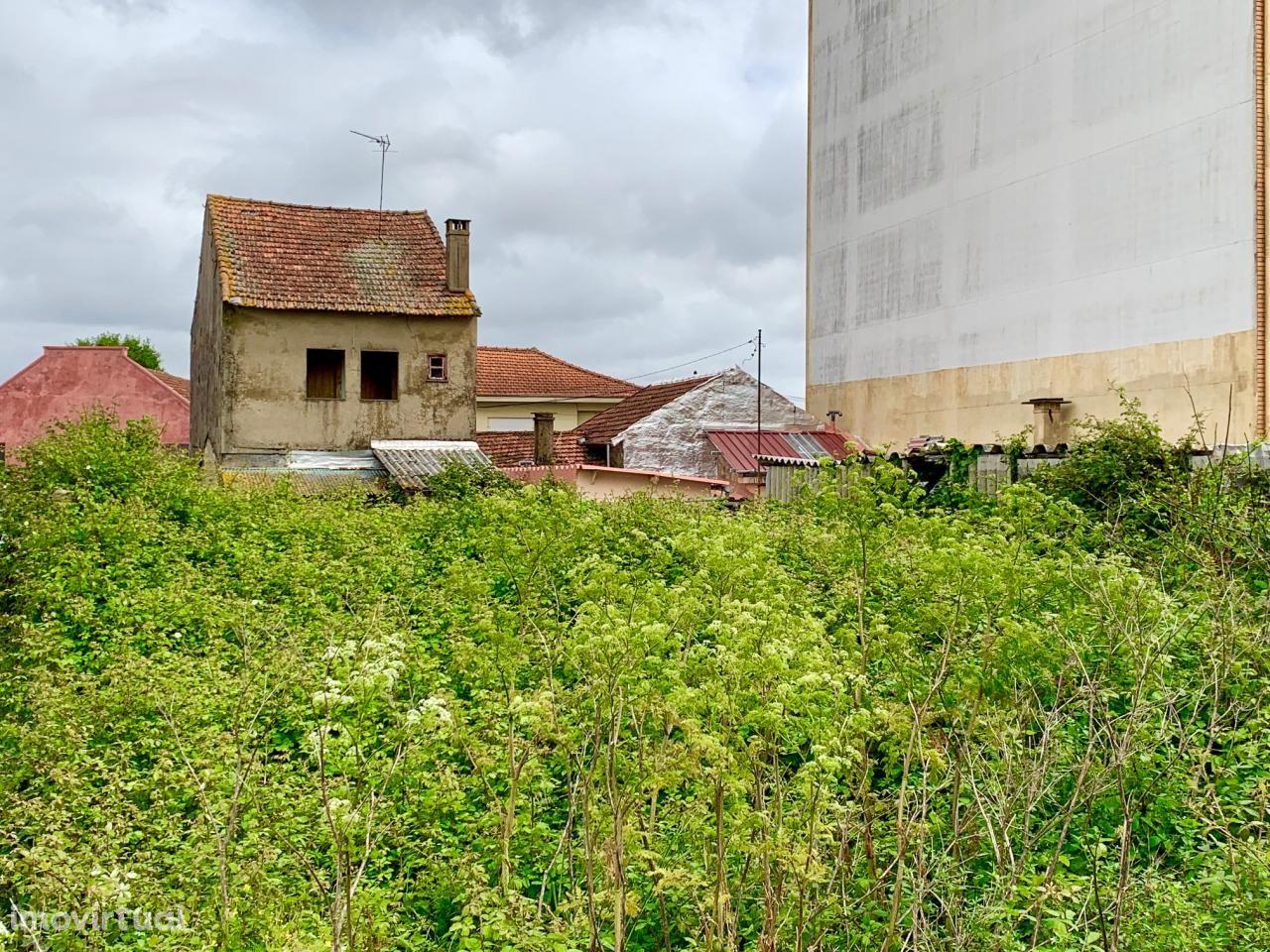 Casa devoluta, terreno c/ viabilidade de construção