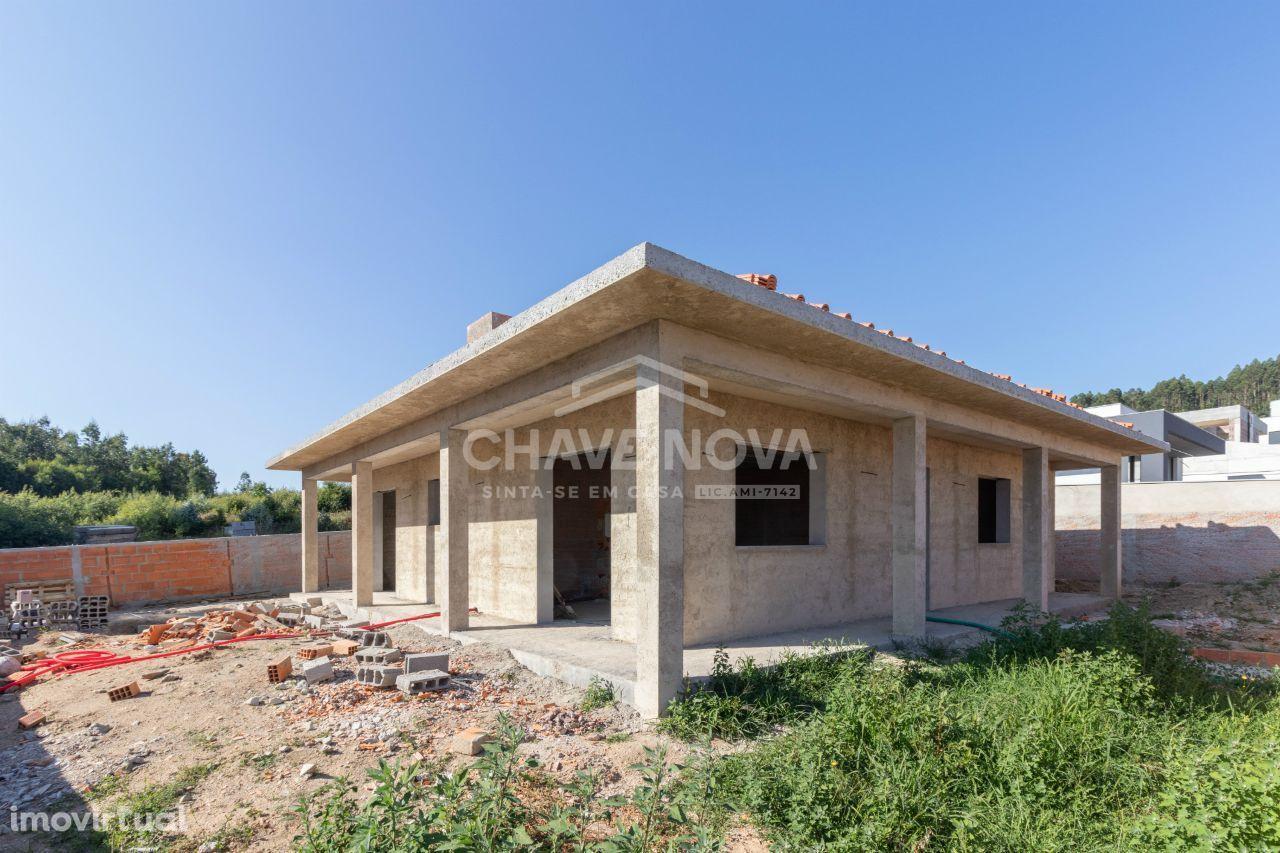 Moradia T3+1 térrea, 4 frentes, em fase de construção, Mozelos