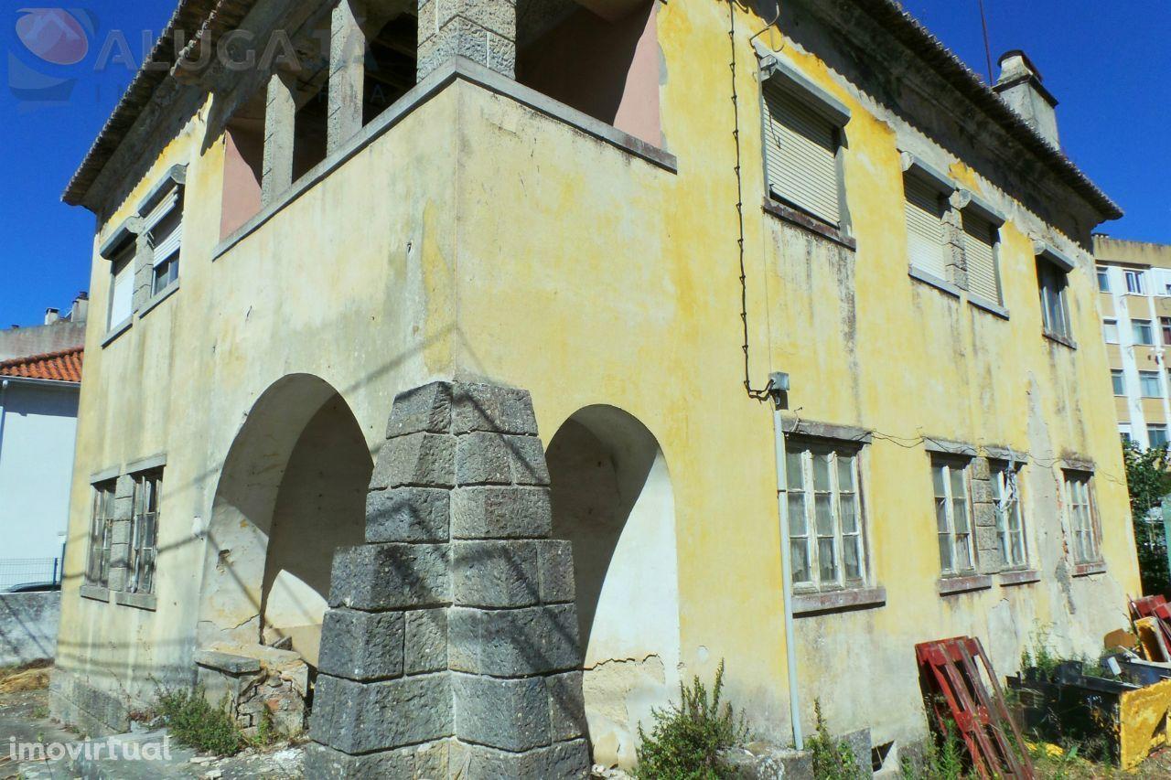 Cacém - Moradia bi-familiar com 2 pisos e 6 assoalhadas cada