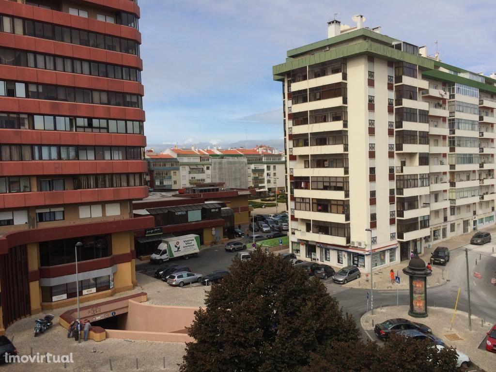 Apartamento renovado com 2 quartos e 2 wc nas Palmeiras-Oeiras