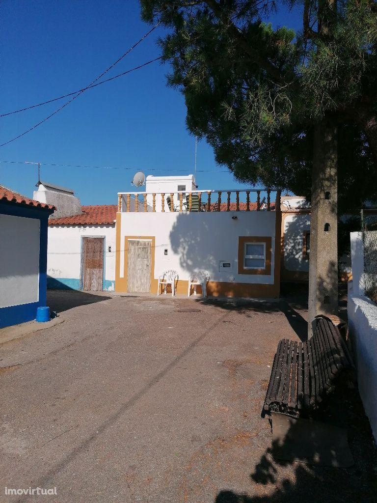 Arraiolos (Casas Novas) T2 remodelado com terraço, em zona tranquila