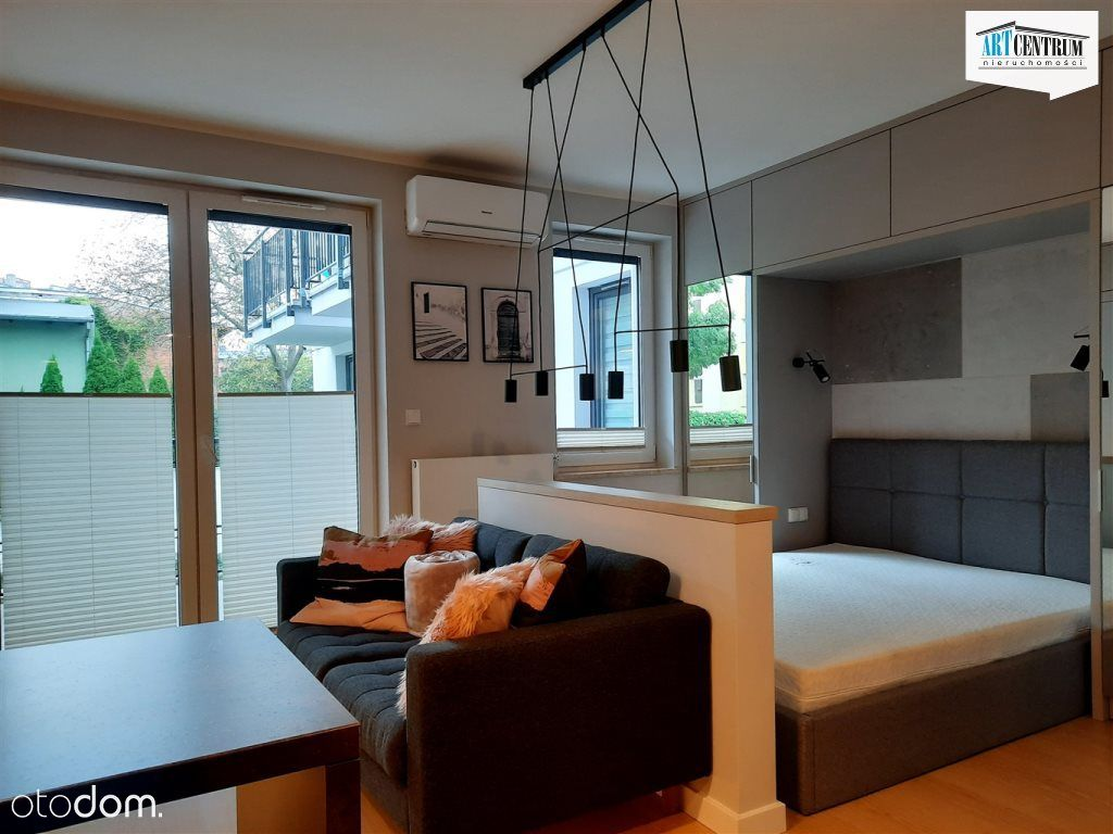 Mieszkanie typu studio z dużym balkonem.