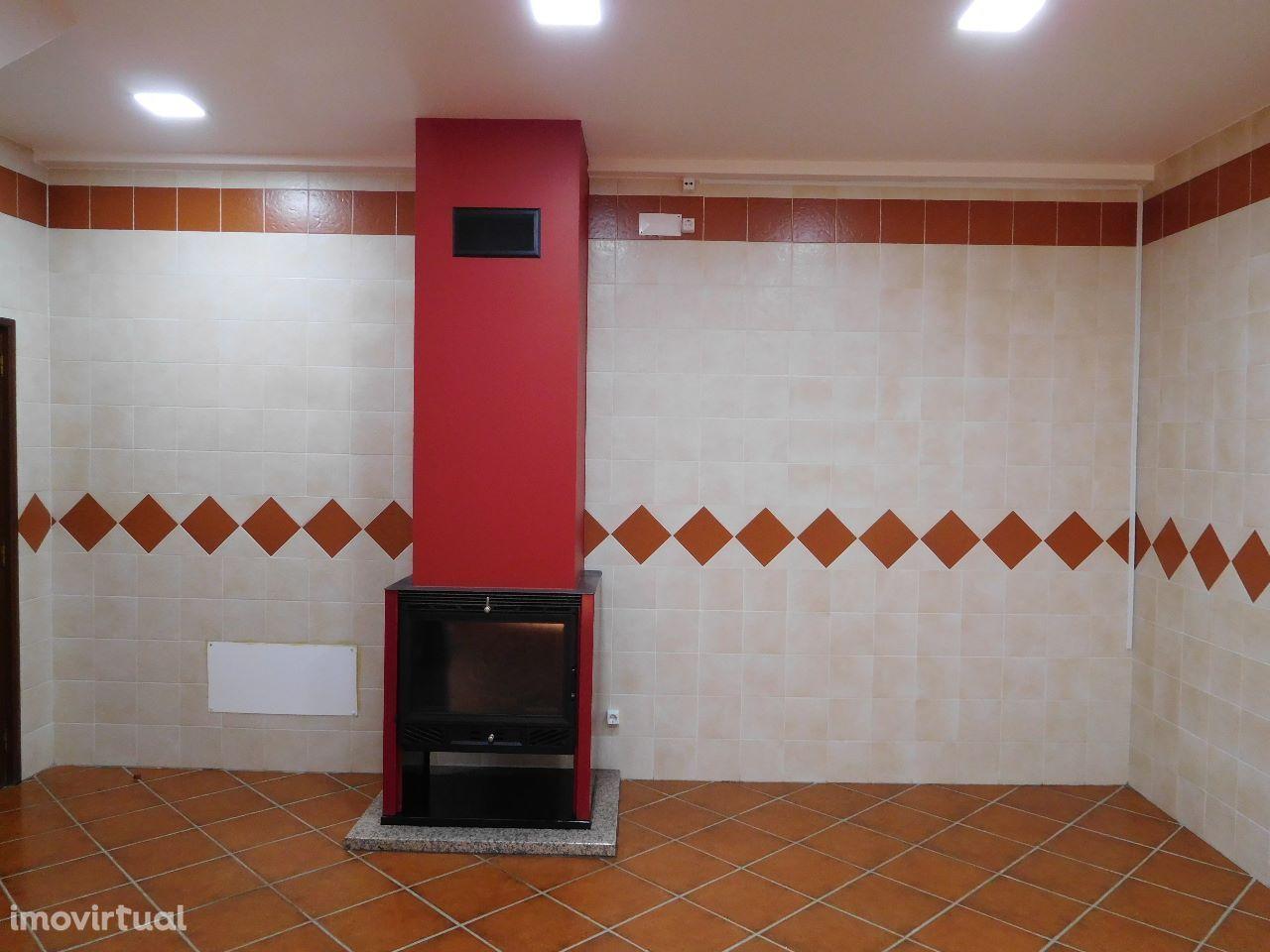 Moradia T5 , Localidade Penela : Vende-se . Pronta Habitar.